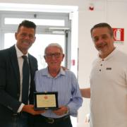 La targa a Mario Casagrande consegnata dal sindaco Maurizio Mangialardi e da Michelangelo Guzzonato, presidente della Fondazione Città di Senigallia